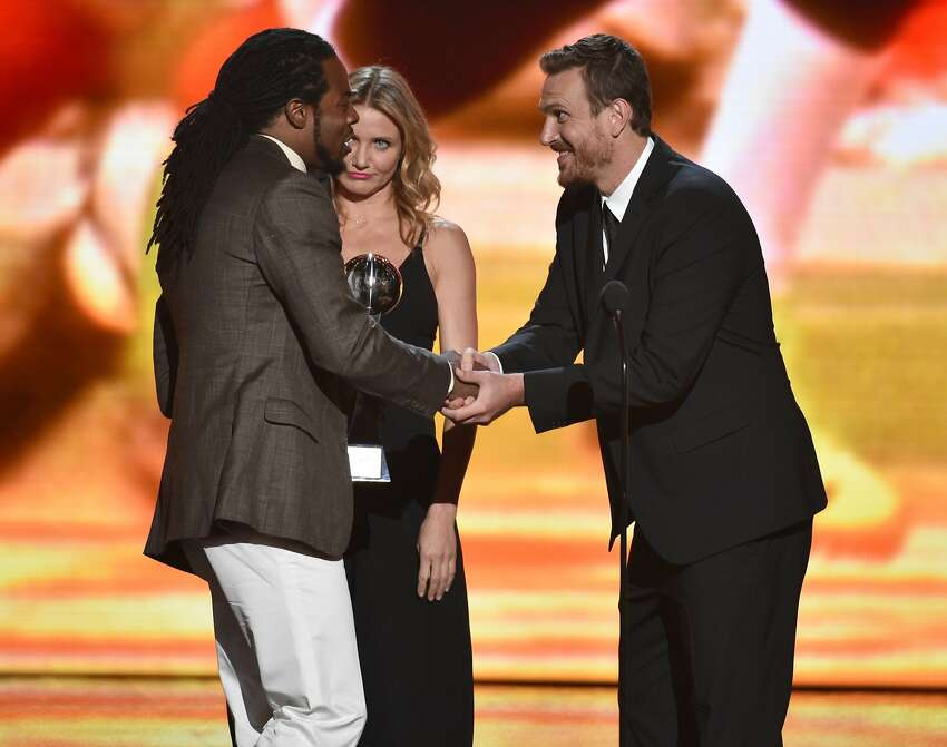 Cameron Diaz, center, and Jason Segel, right, present the award for best breakthrough athlete Richard Sherman, of the Seattle Seahawks, at the ESPY Awards at the Nokia Theatre on Wednesday, July 16, 2014, in Los Angeles. (Photo by John Shearer/Invision/AP)