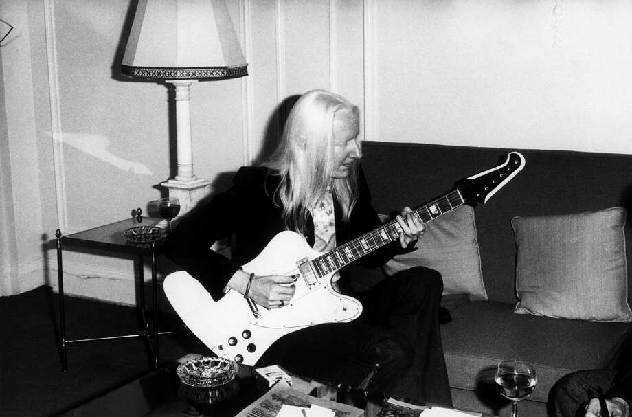 Johnny Winter plays guitar in a hotel room, UK, 1974. Photo: Michael Putland, File Photos / 1974 Michael Putland