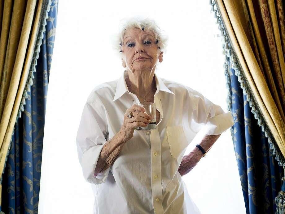 En esta foto del 11 de septiembre del 2012, la actriz Elaine Stritch posa durante el Festival de Cine de Toronto, en Toronto. Stritch, un ícono del teatro, murió el jueves 17 de julio del 2014 en su casa en Birmingham, Michigan. Tenía 89 años. (AP Foto/The Canadian Press, Michelle Siu, Archivo) Photo: Michelle Siu, Associated Press