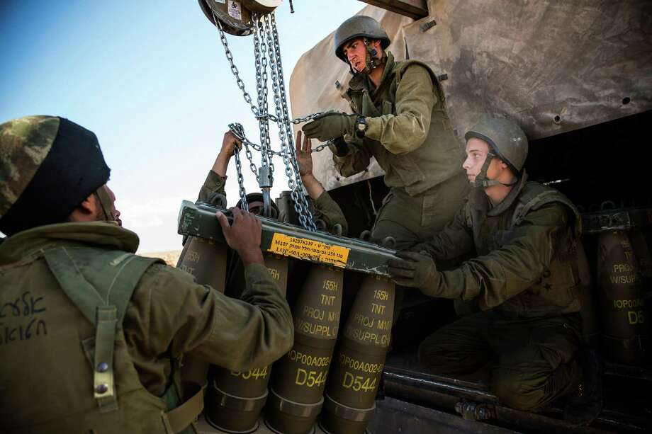 Israeli soldiers receive a new crate of artillery shells for firing into Gaza. Photo: Andrew Burton, Getty Images / 2014 Getty Images