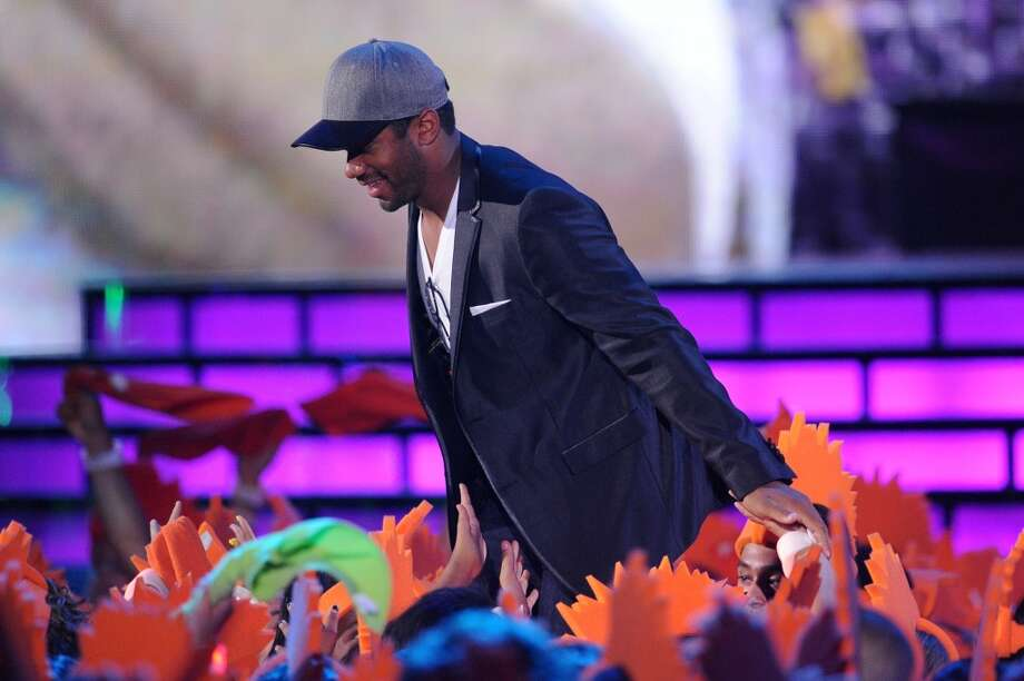 Russell Wilson accepts Favorite Newcomer onstage during Nickelodeon Kids' Choice Sports Awards 2014 at UCLA's Pauley Pavilion on July 17, 2014, in Los Angeles. Photo: Kevin Winter, Getty Images