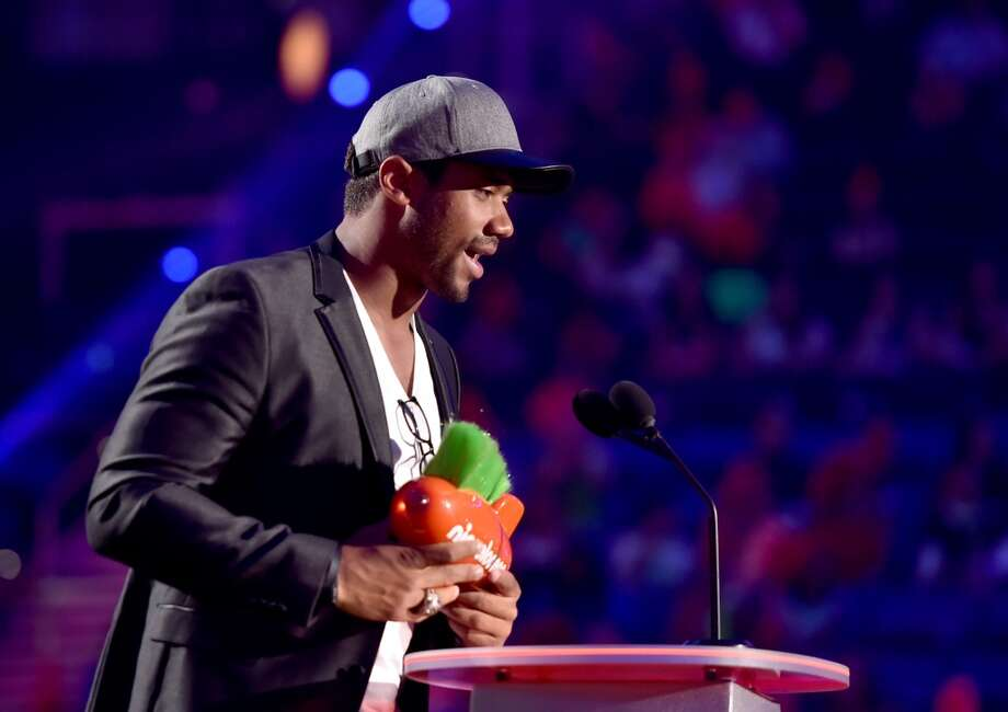 Russell Wilson accepts Favorite Newcomer Award onstage during Nickelodeon Kids' Choice Sports Awards 2014 at UCLA's Pauley Pavilion on July 17, 2014, in Los Angeles. Photo: Alberto E. Rodriguez, Getty Images