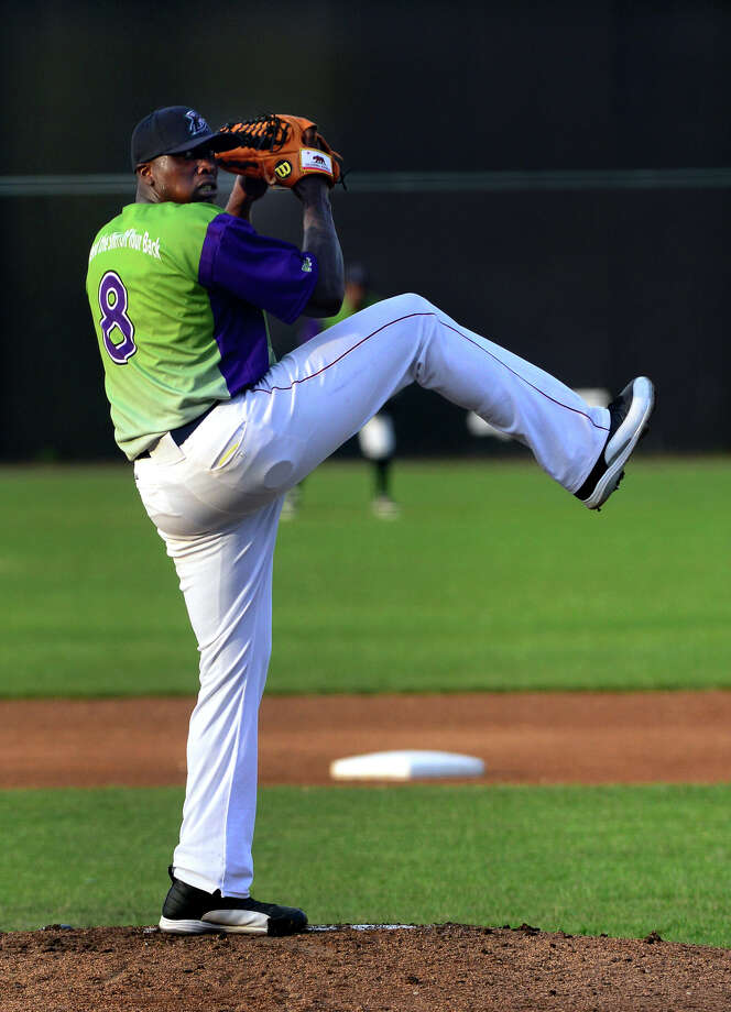 Former Major League pitcher Dontrelle Willis makes his starting debut for the Bridgeport Bluefish, during a game against the Somerset Patriots at the Ballpark at Harbor Yard in Bridgeport, Conn. on Friday July 18, 2014. Photo: Christian Abraham / Connecticut Post