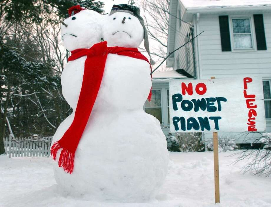 A two-headed snowman on a front lawn in Trumbull protests the plan by Southern Connecticut Gas Co. to develop a 3.4 megawatt energy plant on Huntington Turnpike property in Trumbull. Photo: Autumn Driscoll / Connecticut Post
