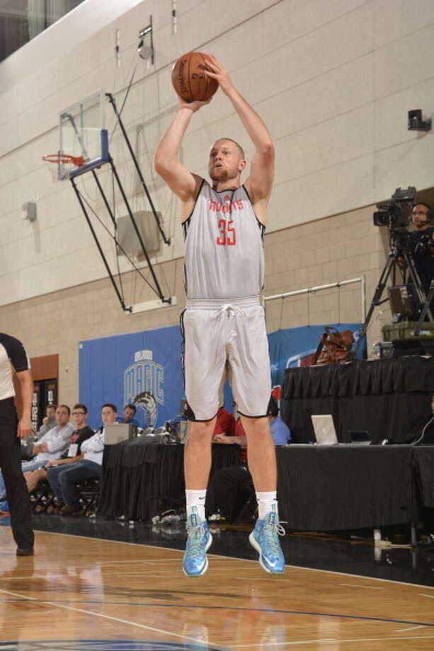 Maarty Leunen puts up a shot. Photo: Fernando Medina, NBAE/Getty Images / 2014 NBAE