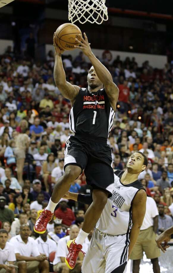 Isaiah Canaan (1) goes up for a shot over Ray McCallum (3). Photo: John Locher, Associated Press