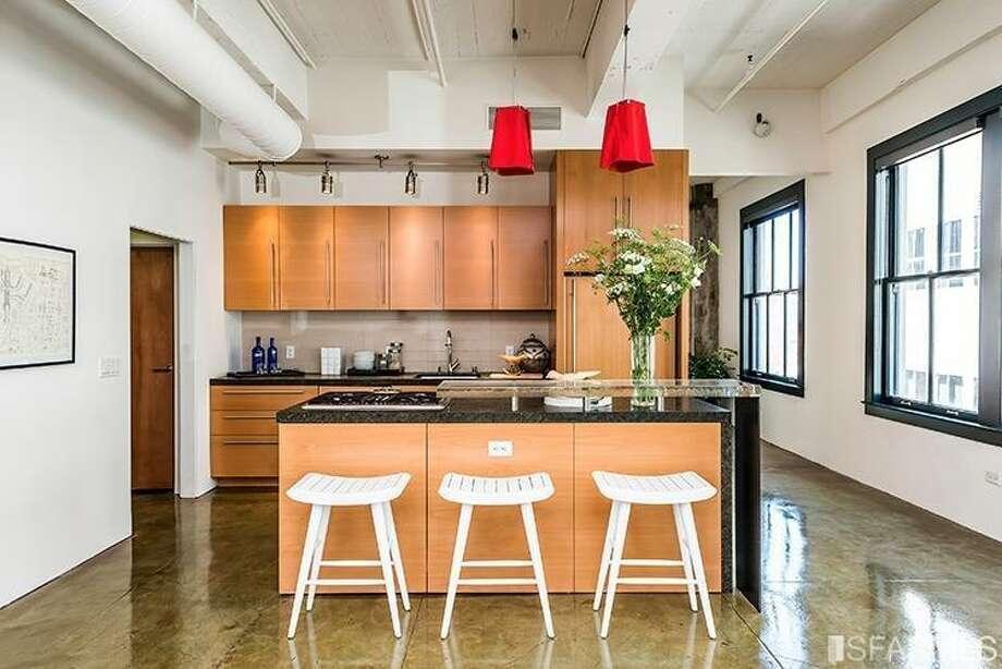 410 Jessie Street, SoMa: The kitchen's breakfast bar. Photo: MLS