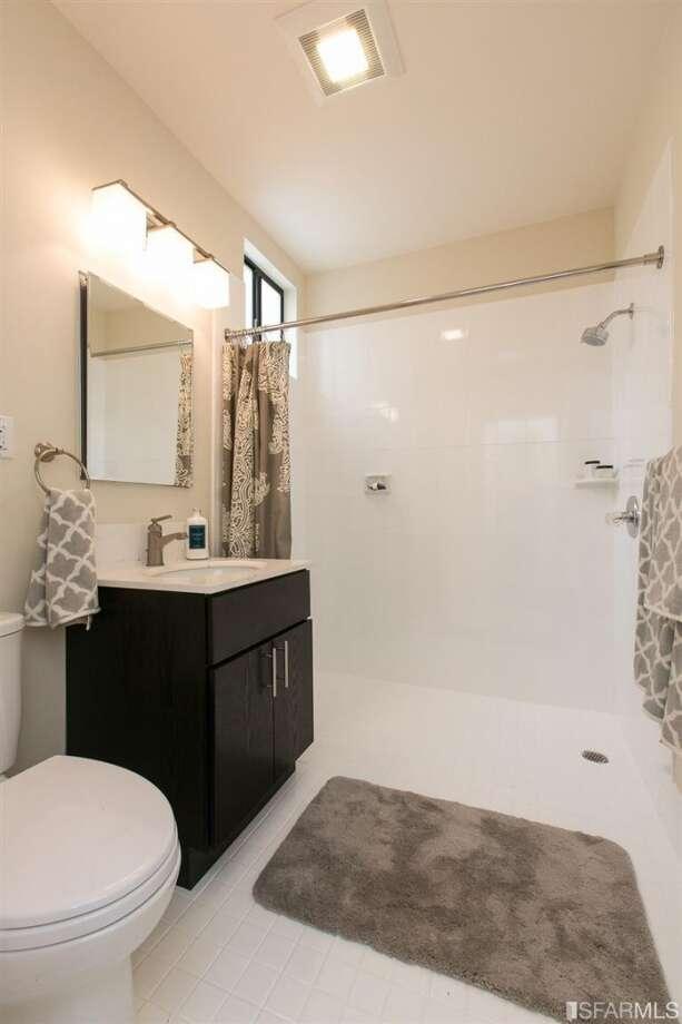 3320 Cabrillo St., Outer Richmond A full bath in the home. Photo: MLS