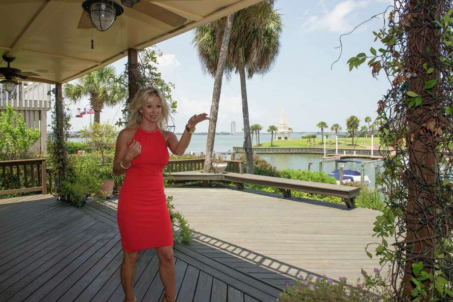 """Kimberly Harding of Harding Group Re/Max shows a waterfront property for sale off Plantation Street on Clear Lake.  Harding said the local real estate market is """"the best we have seen in a long time."""" Photo: ÂKim Christensen, Photographer / ©Kim Christensen"""