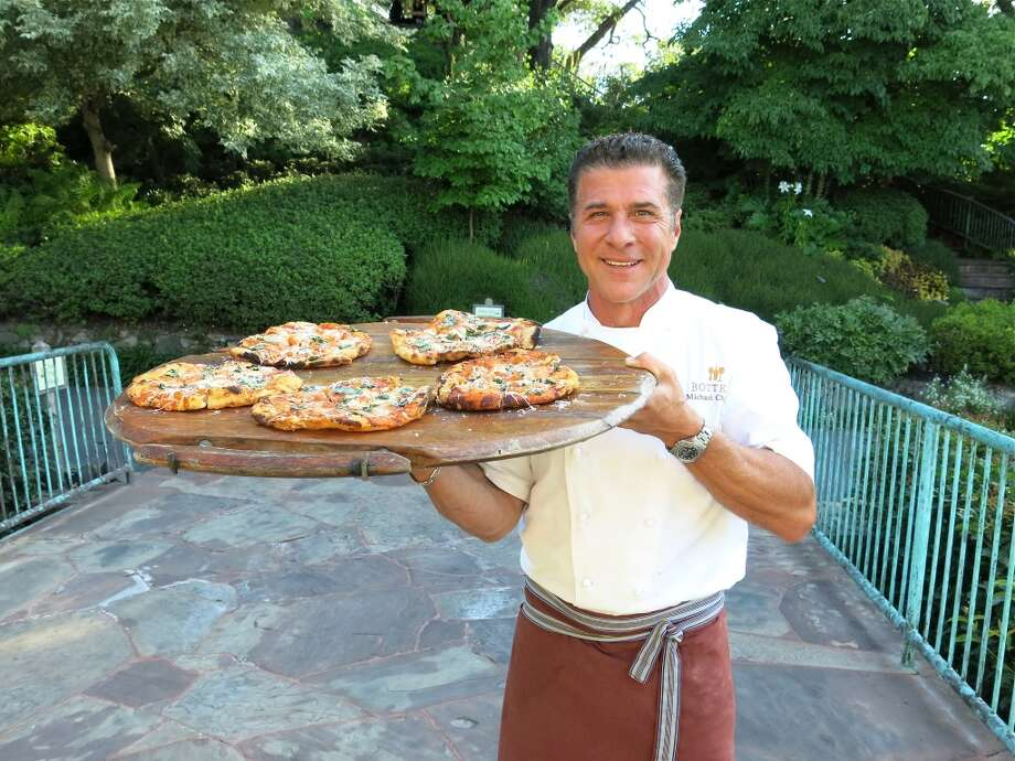 "Chef Michael Chiarello delivered his piping-hot pies to ""Bella Italia!"" VIPs. Photo: Catherine Bigelow"