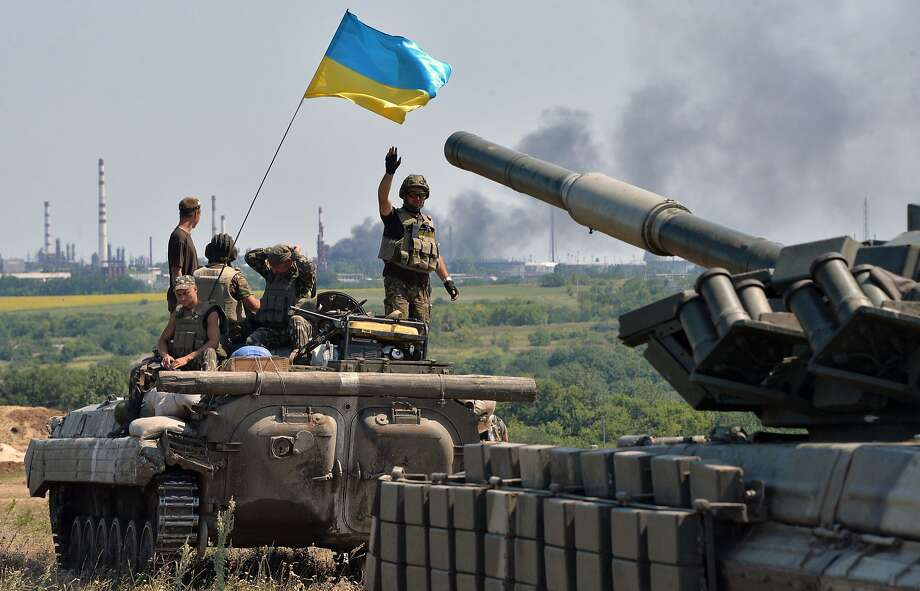 An armored personnel carrier flying Ukraine's flag and a tank drive toward the city of Lysychansk. Photo: Genya Savilov, AFP/Getty Images