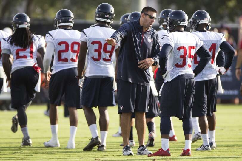Day 1: July 26  Linebackers coach Mike Vrabel talks to defensive ba