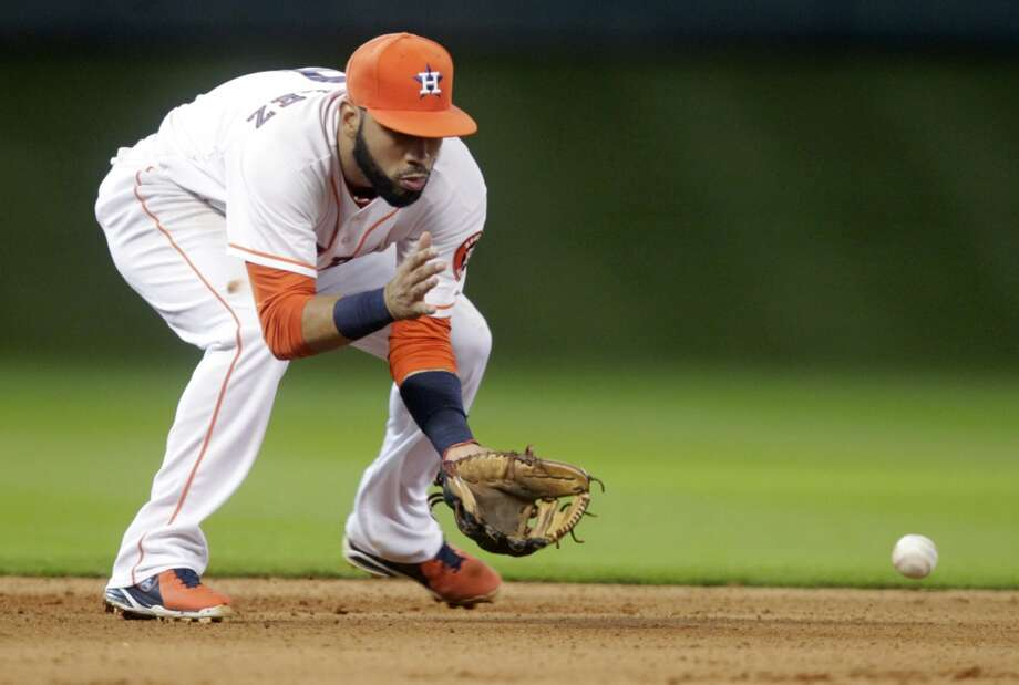 Astros shortstop Marwin Gonzalez fields a ball during the fourth inning. Photo: Patric Schneider, Associated Press