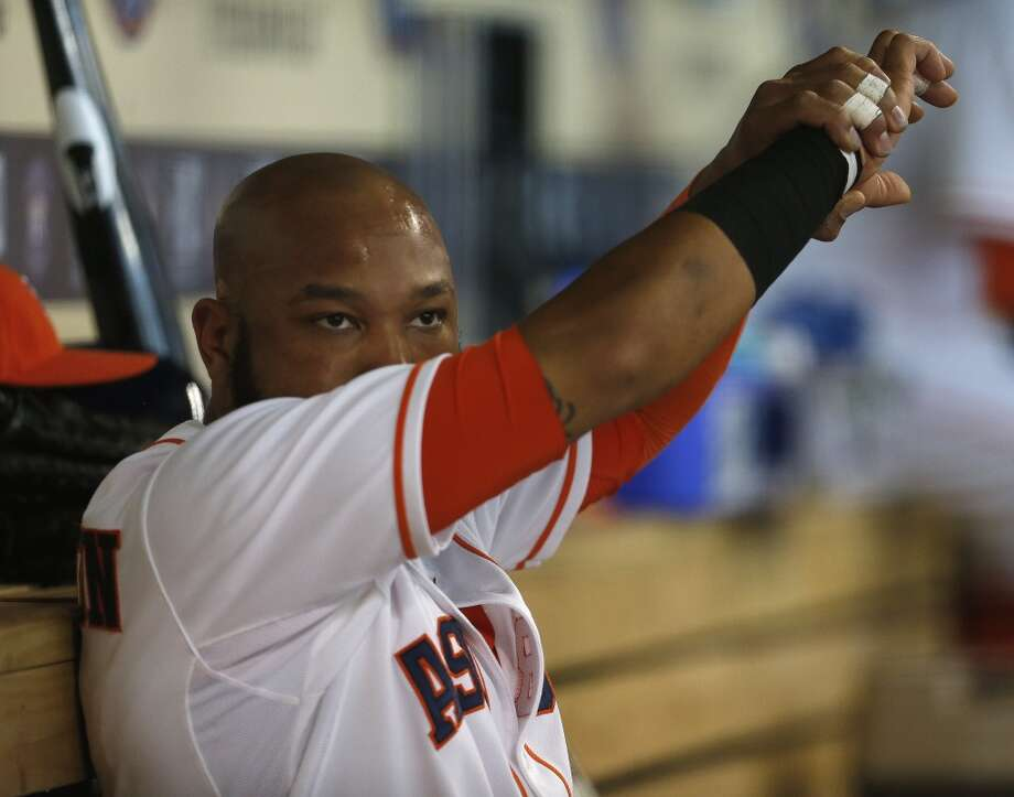 Astros first baseman Jon Singleton (28) wipes his face in the dugout. Photo: Karen Warren, Houston Chronicle