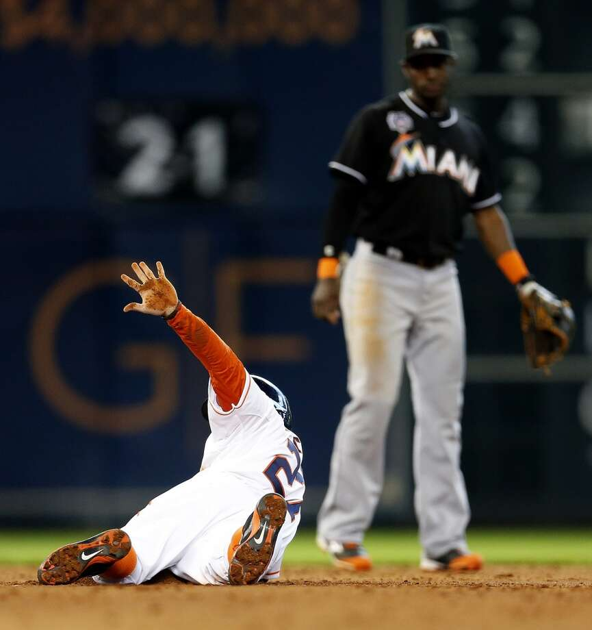 Astros second baseman Jose Altuve (27) after stealing second base. Photo: Karen Warren, Houston Chronicle