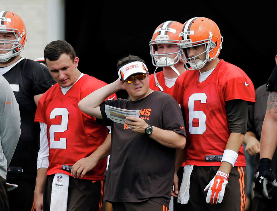 Browns quarterbacks coach Dowell Loggains, center, has two unique pupils to tutor in veteran Brian Hoyer (6) and Johnny Manziel (2) during training camp. Photo: Mark Duncan, STF / AP