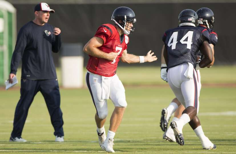 Texans quarterback Case Keenum (7) hands the ball off to running back Alfred Blue (44).