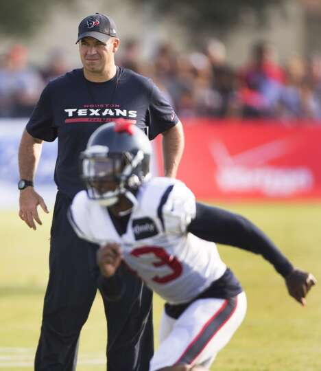 Texans head coach Bill O'Brien watches as defensive back Elbert Mack (43) runs a drill.