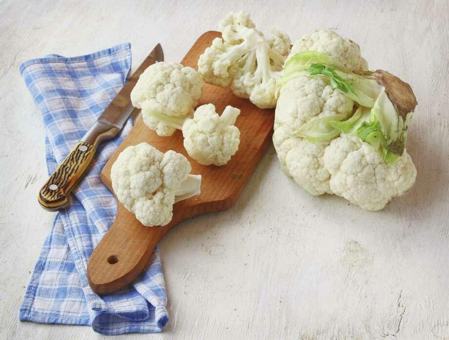 Cauliflower on the chopping board and kitchen knife Photo: Sarycheva Olesia / Olesia Sarycheva - Fotolia