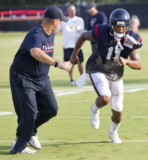 Texans head coach Bill O'Brien, left, runs with wide receiver DeVier Posey (11) as Posey runs a rout