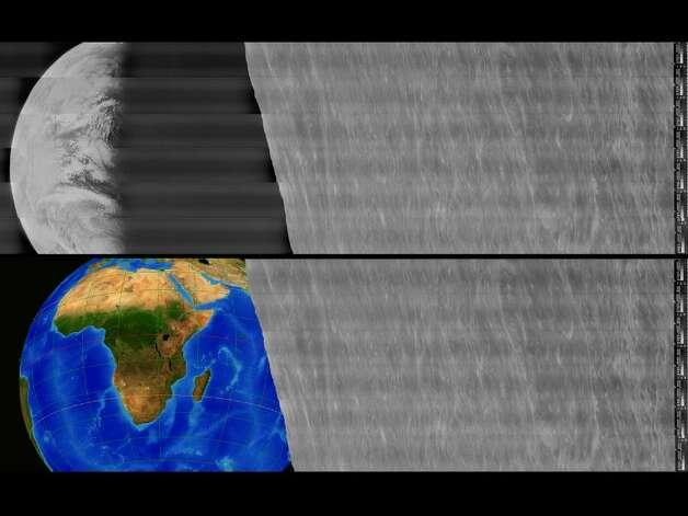 The top shows the interim version of the retrieved image and the bottom shows the orientation of Earth at time the image was taken. (Image credit: LOIRP) Photo: NASA