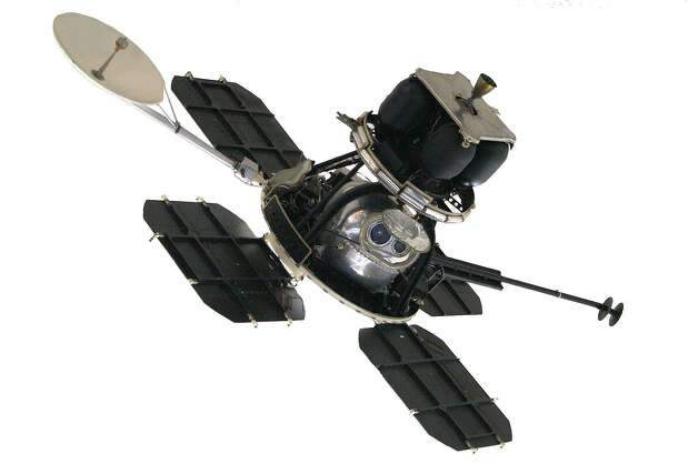 Lunar Orbiter spacecraft on display in the National Air and Space Museum, Washington DC. Image credit: SpaceRef Interactive. Photo: NASA Lunar Orbiter Image Recovery Project