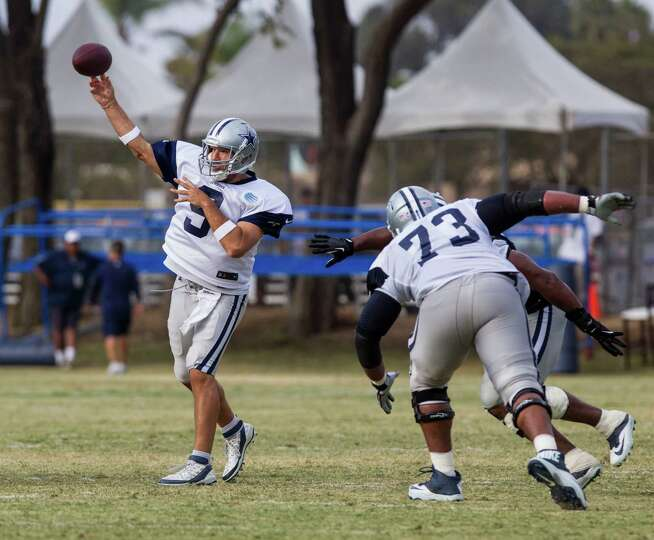 Dallas Cowboys quarterback Tony Romo (9) passes at NFL football training camp, Wednesday, July 30, 2