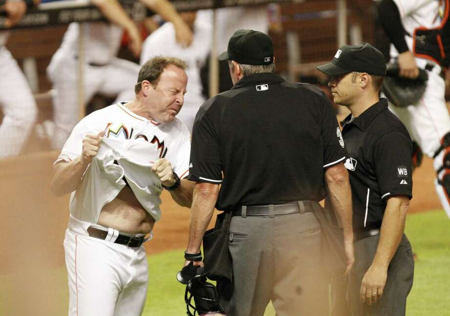 Marlins manager Mike Redmond comes unglued about a replay ruling. Photo: Hector Gabino, MBR / El Nuevo Herald