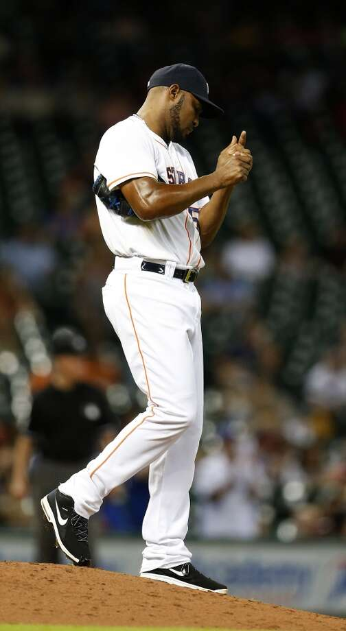 Jose Veras reacts after giving up a home run in the sixth inning. Photo: Karen Warren, Houston Chronicle