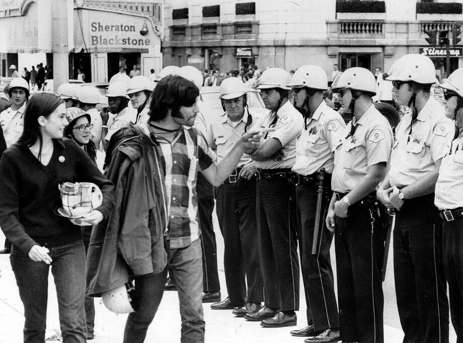 A group of hippies taunting policemen during the trial of the Chicago Seven, a group of radicals arrested during the protests against the Vietnam war at the Democratic National Convention, 1968. Photo: MPI, Getty Images / Archive Photos