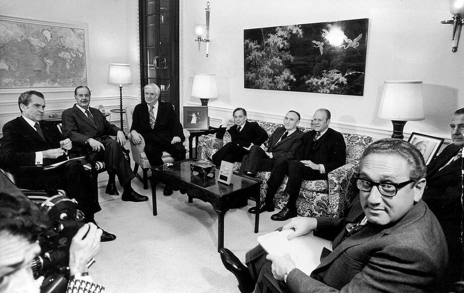 U.S. president Richard Nixon briefs the leadership of the U.S. Congress before his televised announcement of the ceasefire in the Vietnam War, 1973. Photo: Hulton Archive, Getty Images / Archive Photos