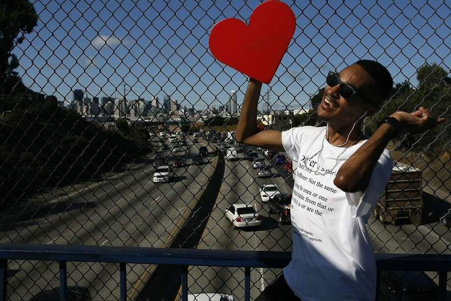 Ja Vonne Hatfield dances on a pedestrian bridge over Highway 101 during rush hour, spurring honks, happy waves and peace signs. Photo: James Tensuan, The Chronicle