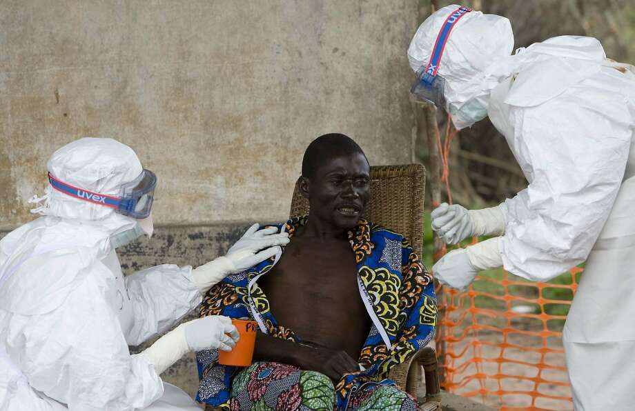 Health care workers with Doctors Without Borders treat  a 43-year-old Ebola patient in Kampungu, Congo, in 2007. Photo: Christopher Black, Associated Press