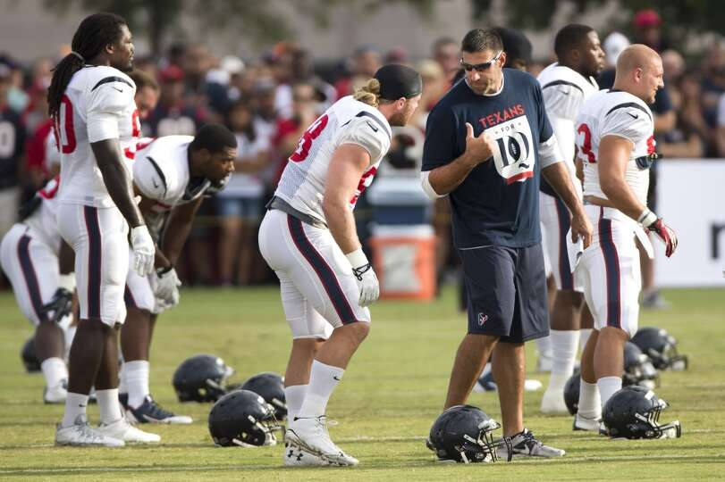 Texans linebackers coach Mike Vrabel talks to outside linebacker Brooks Reed (58).
