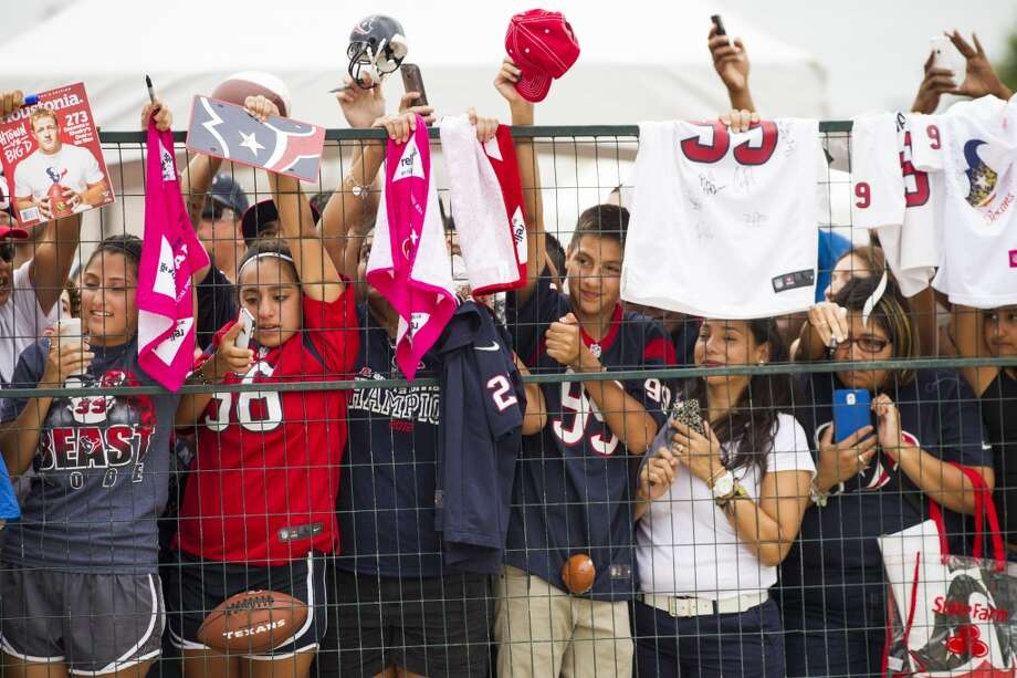 Texans fans wait for players to sign autographs. Photo: Brett Coomer, Houston Chronicle
