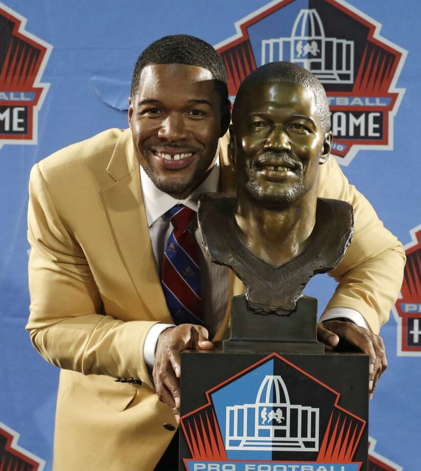 Hall of Fame inductee Michael Strahan poses with his bust during the Pro Football Hall of Fame enshrinement ceremony Saturday, Aug. 2, 2014, in Canton, Ohio. Photo: Tony Dejak, Associated Press