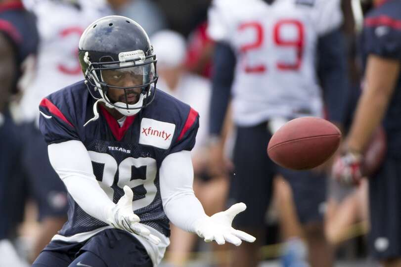 Texans wide receiver Mike Thomas reaches out to make a catch.