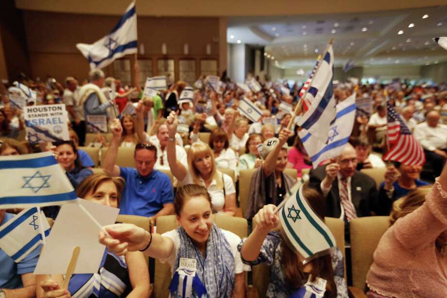 Thousands gathered Sunday afternoon for a pro-Israel rally at Houston's Congregation Beth Israel. Photo: Johnny Hanson / Houston Chronicle