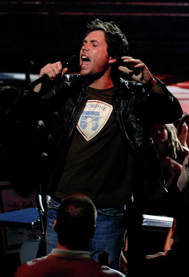 Contestant Michael Johns performs after being eliminated from the competition during live show of American Idol April 10, 2008 in Los Angeles, California. Photo: R Mickshaw/American Idol 2008, Getty Images For FOX / 2008 Fox