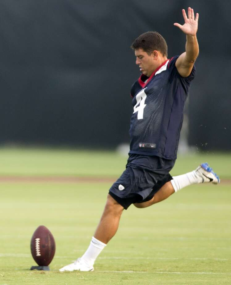 Texans kicker Randy Bullock winds up to kick the ball. Photo: Brett Coomer, Houston Chronicle