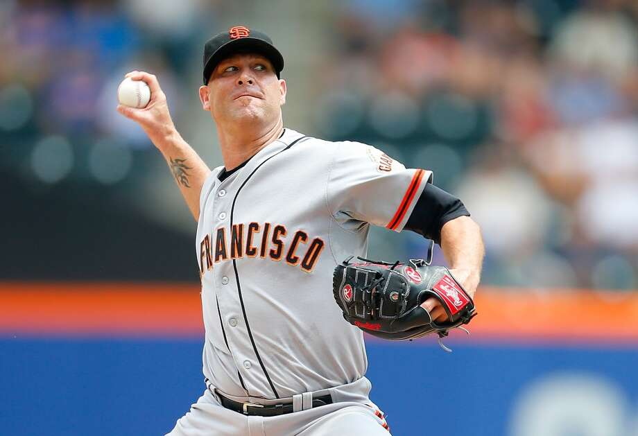 Tim Hudson of the San Francisco Giants pitches in the first inning against the New York Mets at Citi Field on August 4, 2014 in New York City. Photo: Mike Stobe, Getty Images