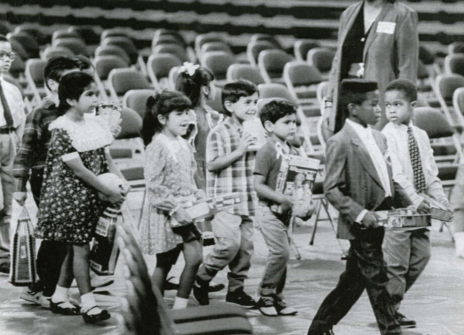 Houston children carry food for the hungry to place in baskets at a memorial service for Congressman Mickey Leland, Aug. 18, 1989. Leland, a Democratic congressman from Texas 18th District, died Aug. 7, 1989 at age 44 when a plane he was on crashed during a mission trip in Fugnido, Ethiopia. (UPI / Bruno Torres) Photo: AP, UPI Photos
