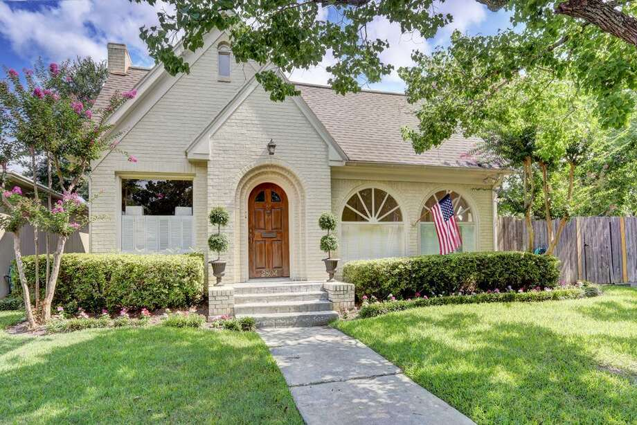 2804 Georgetown: This 1936 home in Houston has 4-5 bedrooms, 2 bathrooms, 2,142 square feet, and is listed for $845,000. Photo: Houston Association Of Realtors