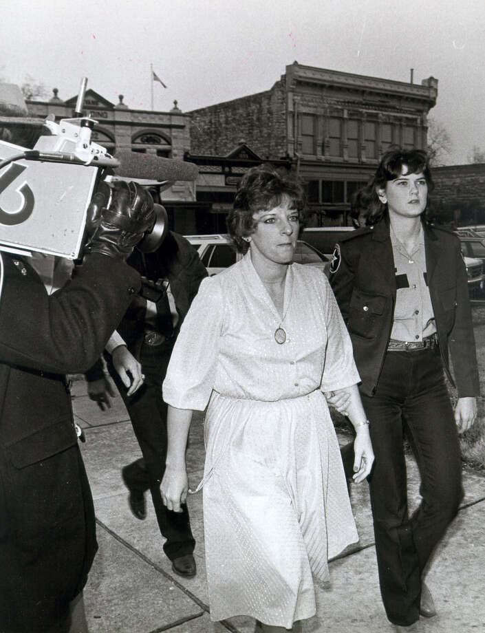 In this photo from 1984, Genene Jones — in the company of a deputy — arrives for her trial at the Williamson County Courthouse. Although suspected in the deaths of 40 babies, Jones was convicted in the death of just one. Photo: San Antonio Express-News / File Photo / SAN ANTONIO EXPRESS-NEWS
