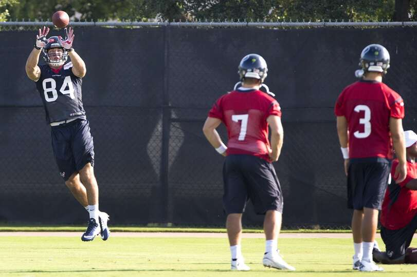 Texans tight end Ryan Griffin (84) leaps to pull down a pass as quarterbacks Case Keenum (7) and Tom