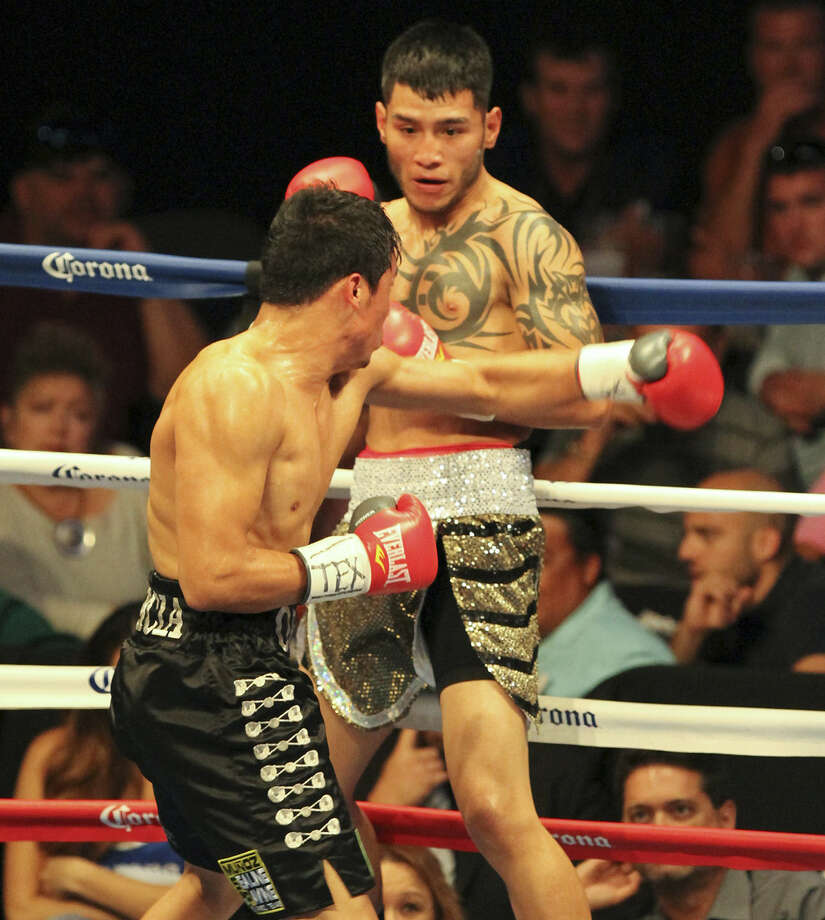 San Antonio welterweight Jairo Castaneda (right), avoiding the left hook of Josue Garcia, stays unbeaten with a victory over his El Paso foe by scores of 40-35 by all three judges. Photo: Micah DeBenedetto / For The Express-News / Micah DeBenedetto