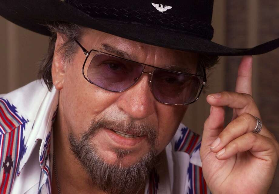 Country music legend Waylon Jennings gestures during an interview in Nashville, Tenn., Aug. 31, 1999. Photo: MARK HUMPHREY, AP