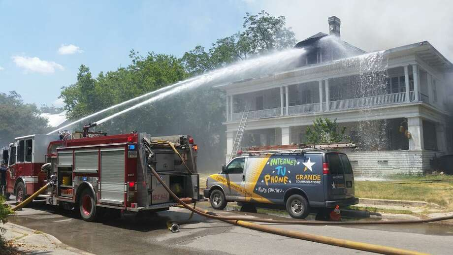 San Antonio fire crews fight a blaze in the 200 block of East Craig Place on the North Side on Sunday afternoon, Aug. 10, 2014. Photo: J. Almendarez/San Antonio Express-News
