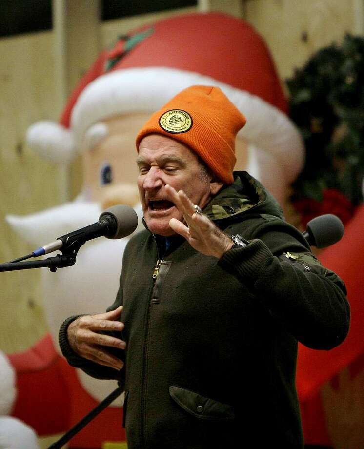 U.S. comedian Robin Williams performs on stage for U.S soldiers at a U.S base in Kabul, Afghanistan, Thursday, Dec. 20, 2007. Photo: Rafiq Maqbool, AP