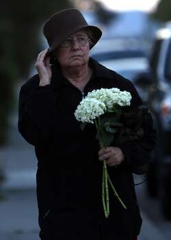 Neighbor Darienne Colbert arrives at the home of Robin Williams to lay a bouquet of flowers in Tiburon, Calif. on Monday, August 11, 2014. Photo: Scott Strazzante, The Chronicle